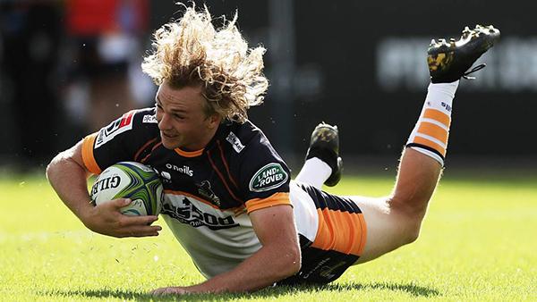 Joe Powell de los Brumbies anota un intento durante la ronda siete del partido de Super Rugby contra los Waratahs