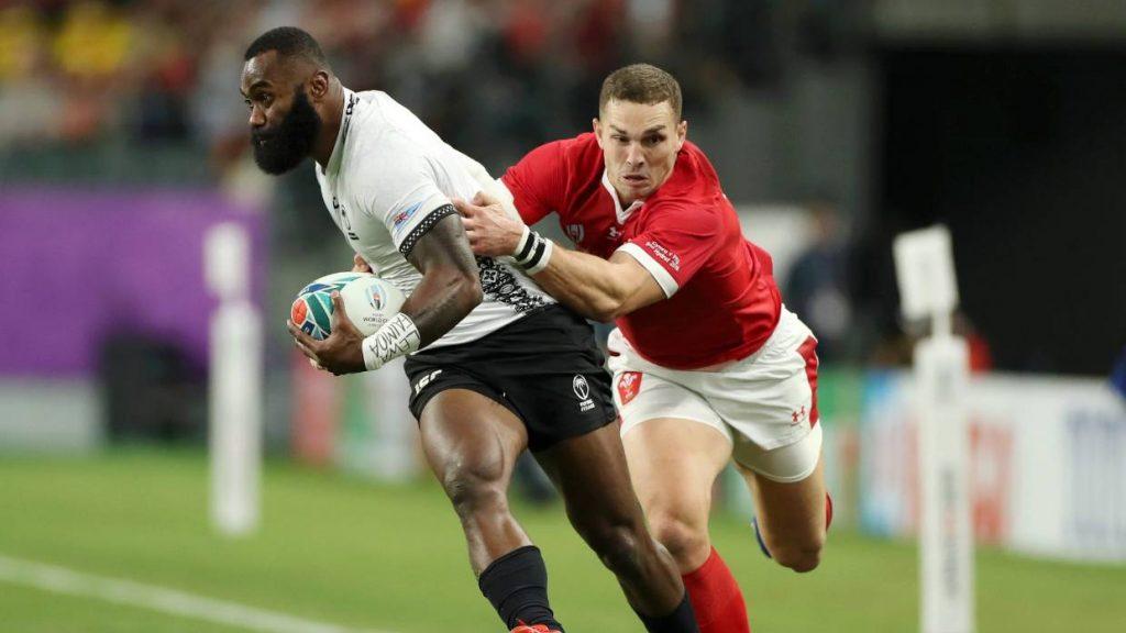 Semi Radradra de Fiji es abordado por George North of Wales durante su partido de grupo de la Copa Mundial de Rugby 2019 en Japón